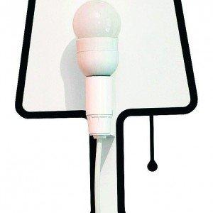 Tiny Lampe di Pa Design è composta da una staffa che sorregge la presa e uno sticker da posizionare intorno. Misura H 30 cm.  € 32,50*