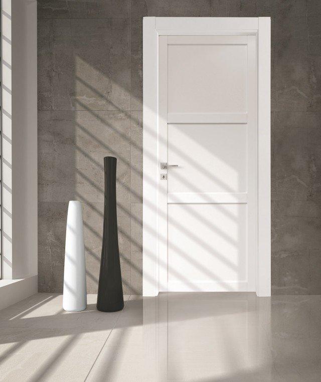 È in legno massello la porta Q26P della collezione Quadra di Agoprofil laccato bianco a 3 bugne. È dotata di sistema di apertura Line, cioè con anta complanare al coprifilo dal lato a tirare. Misura L 80 x H 210 cm. Prezzo su preventivo. www.agoprofil.com