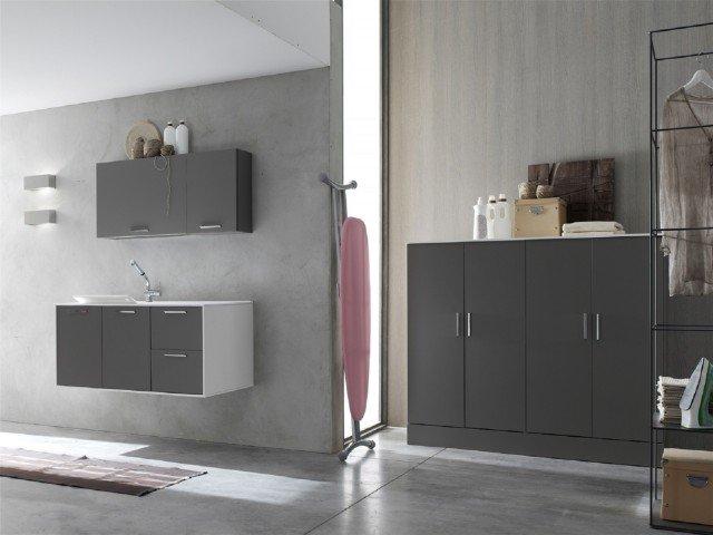 """La composizione di Arcom magma opaco con scocca bianco opaco si compone di mobile lavabo a due ante e base a due cassetti, pensile con un'anta a ribalta e stendibiancheria e pensile a un'anta, un mobile-colonna a due ante che nasconde la lavatrice e una colonna a un'anta che contiene il portascarpe. Ha top in teknoril con vasca integrata """"Conca"""". Il mobile lavabo misura L 70 x H 62 x H 50 cm. Prezzo dell'intera composizione in foto 3886 euro. www.arcombagno.com"""