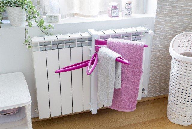 È applicabile ai radiatori delle forme più svariate lo stendino Dry lo Scaldasciuga di Bama, ideale per asciugare piccoli indumenti e biancheria o per tenere caldi gli asciugamani. Prezzo 9,90 euro. www.bamagroup.com