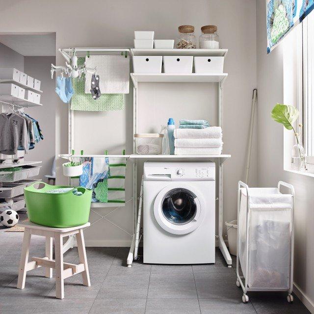 Si possono combinare in molti modi diversi gli elementi del sistema Algot di Ikea Italia che si compongono di montante, piede e stendibiancheria in colore bianco. Misura L 147 x P 67 x H 194 cm. Prezzo 148,50 euro. www.ikea.it