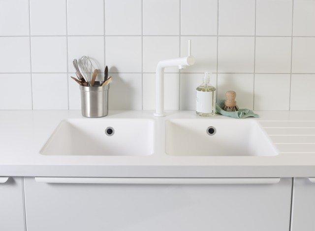 È dotato di meccanismo che riduce il flusso dell'acqua mantenendo inalterata la pressione il miscelatore monocomando Bosjön di IKEA Italia in estetica bianca. Ha leva di azionamento sulla parte anteriore. È disponibile anche in estetica nera spazzolata e acciaio inox. È alto 32 cm. Prezzo 119 euro. www.ikea.it