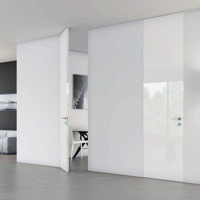 La porta Walldoor, con telaio Massima fasciante il muro di Bertolotto ha anta laccata lucida. Larga da 60 a 110 cm, costa a partire da 960 euro
