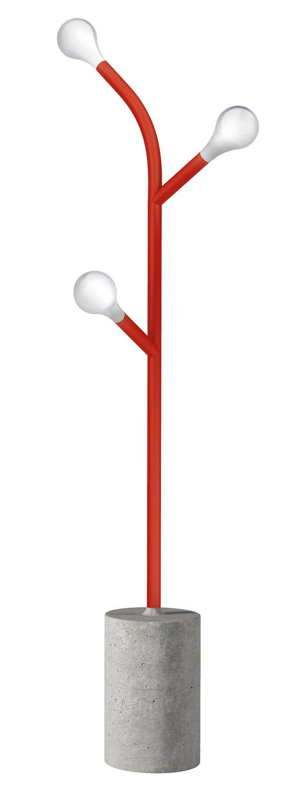 UN ALBERO LUMINOSO La base in cemento massiccio diventa il vaso che sostiene il fusto in metallo rosso opaco. Pom Pom di Calligaris (www.calligaris.it), design di Matteo Cibic, ha tre corpi illuminanti in vetro soffiato bianco acidato. Funziona a led. Misura L 35 x P 15 x H 162 cm, costa 837 euro.
