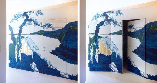 L'immagine riprodotta a parete continua sulla porta di Sistemi RasoParete con profili in alluminio brevettati che rimangono nascosti alla vista.