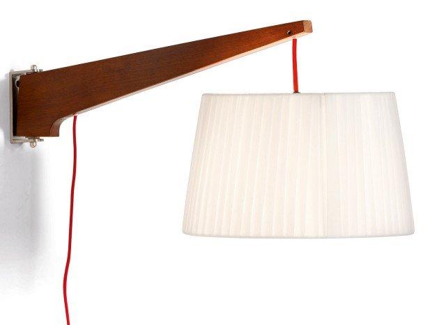 Il legno dell'albero della gomma, dalla tonalità tendente al rosso, crea un piacevole contrasto con il paralume chiaro color panna. Semplice da montare, l'applique Miller di Made.com (www.made.com) misura L 65 x P 30 x H 32 cm e costa 69 euro.