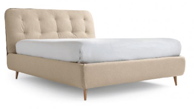 Il letto Paco di Noctis ha rivestimento reversibile, per cambiare look in modo facile e veloce. È disponibile anche con contenitore dotato di sistema Folding Box® (un pannello posto sul fondo, ripiegabile, che consente di accedere al pavimento per pulirlo comodamente). Il colore dei piedini è previsto nella varietà della gamma Pantone®, per abbinarlo con il tessuto scelto. Disponibile in 9 larghezze, nella misura 160 x 200  x H 114 cm costa 1.054 euro.