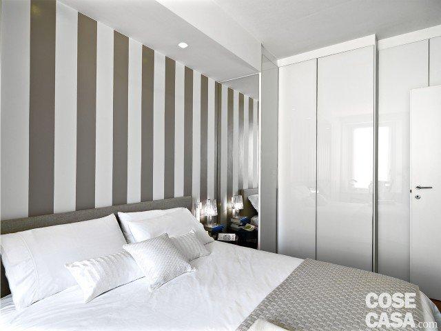 camera-parete-bande-bianche-grigie