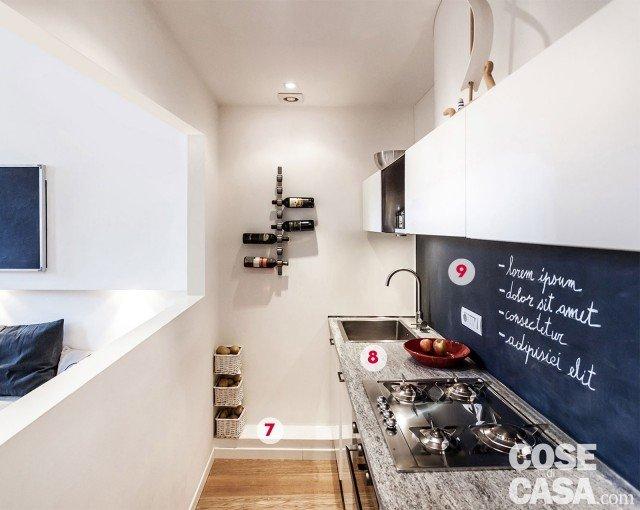 In cucina la composizione, realizzata su disegno, gioca sul contrasto black & white. Le ante delle basi e dei pensili sono in laccato bianco lucido; unica eccezione un vano sospeso a giorno in acciaio satinato come il lavello e il piano cottura (di Smeg, design Renzo Piano); la cappa aspirante è a scomparsa, incassata sotto il pensile. Il portabottiglie appeso alla parete è Cioso di Blomus. 7. gradino strategico Lungo la parete laterale della cucina è stato realizzato un rialzo di circa 15 cm che permette di alloggiare gli impianti tecnici della zona operativa senza intervenire sulla muratura portante. È rifinito in superficie con una pellicola idrorepellente.  8. Il piano è in beola In armonia con la scelta progettuale di tutta la casa, anche il top della cucina è in massello di beola. Questa pietra, molto resistente e con effetti traslucidi, è trattata qui con una vernice siliconica che la protegge dall'acqua e dall'umidità.  9. L'alzata-lavagna Nell'altezza tra le basi e i pensili è stato inserito un pannello in cartongesso rifinito con una speciale vernice effetto lavagna. Dopo una mano di aggrappante, questa pittura viene stesa in più strati per ottenere una superficie perfettamente liscia e levigata.