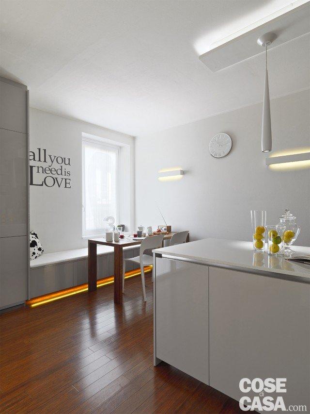 Una casa di 125 mq con giochi di luce naturale e a led - Tavolo cucina con panca ...