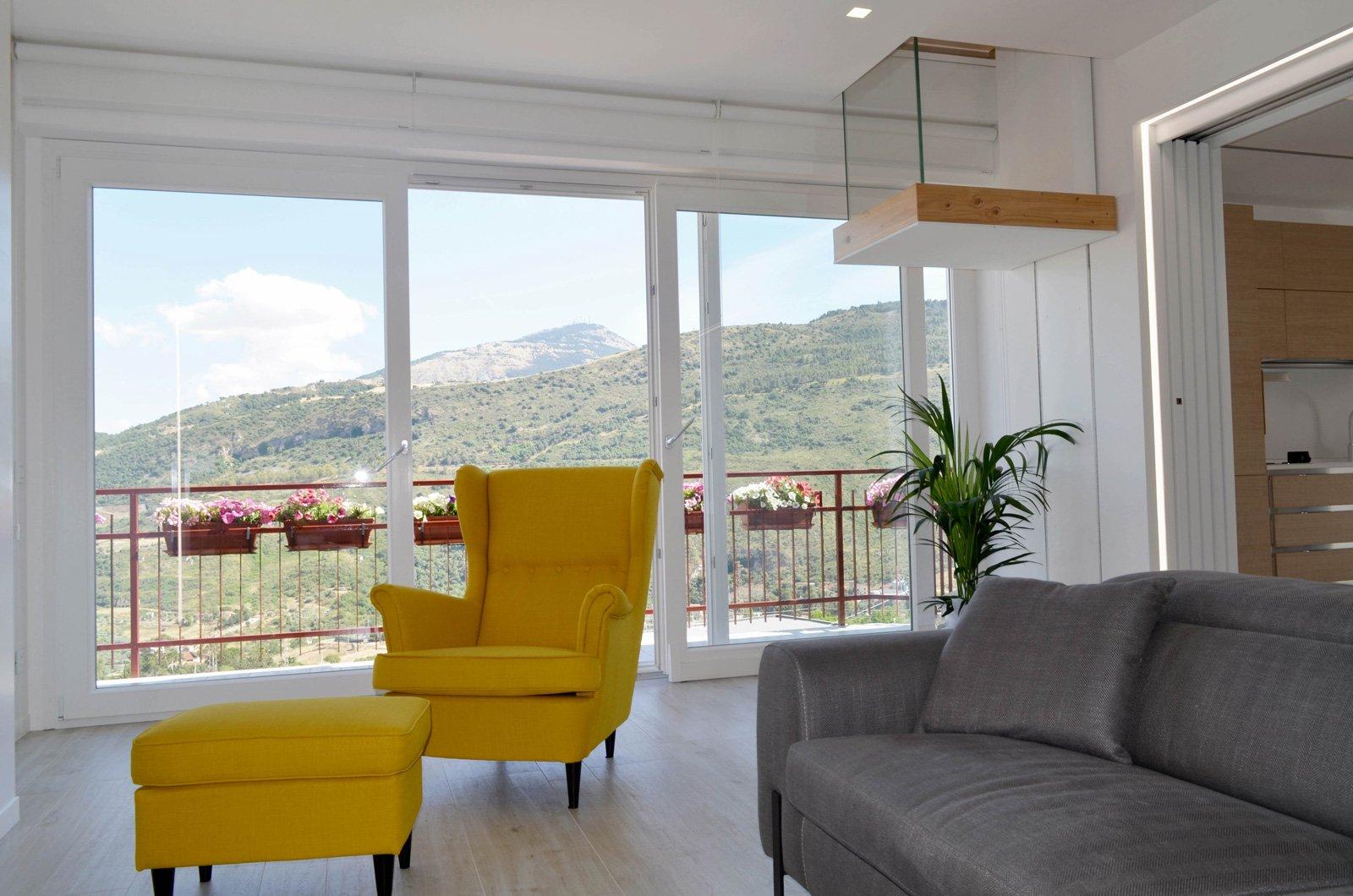 Una casa con soggiorno e cucina divisi solo quando serve for Poltrona ikea gialla