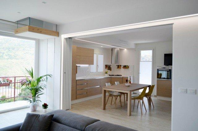 una casa con soggiorno e cucina divisi solo quando serve