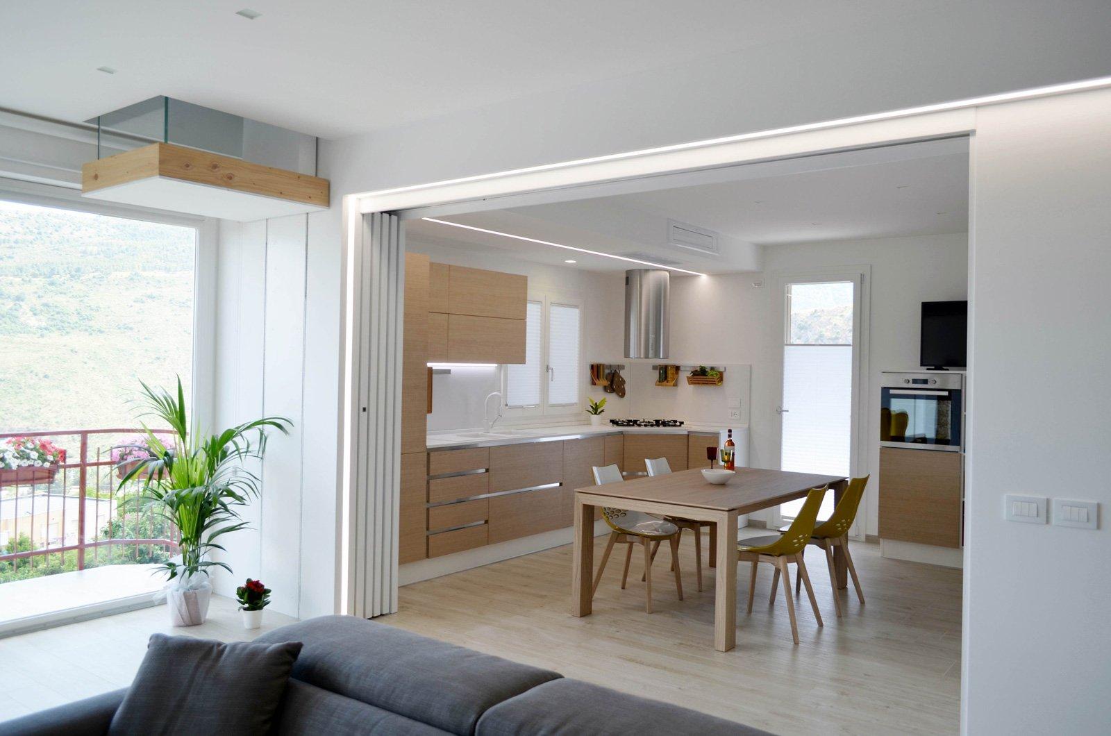 Una casa con soggiorno e cucina divisi solo quando serve for Idee per dividere cucina e soggiorno
