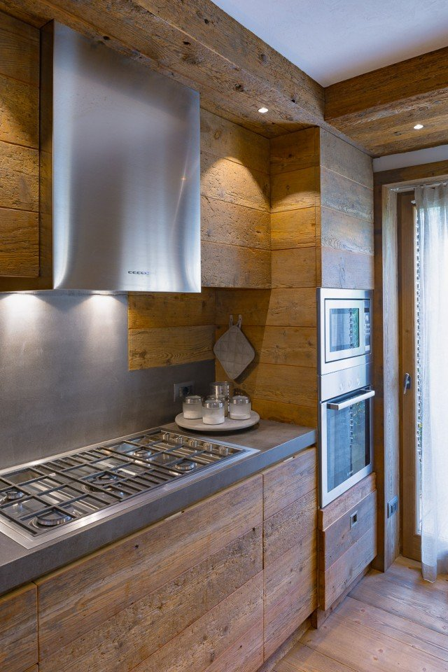 Legno pietra e resina nello chalet contemporaneo cose - Resina parete cucina ...