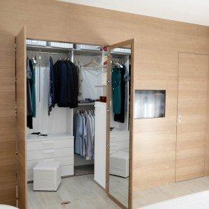 Una casa con soggiorno e cucina divisi solo quando serve for Cabina di 300 piedi quadrati