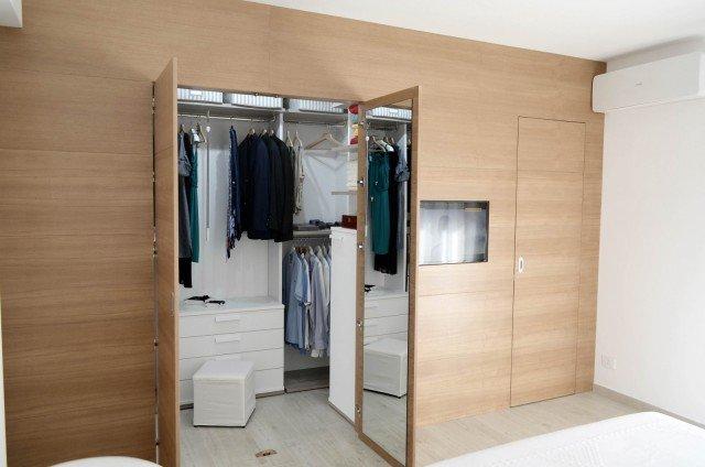 Una casa con soggiorno e cucina divisi solo quando serve for Grande cabina armadio