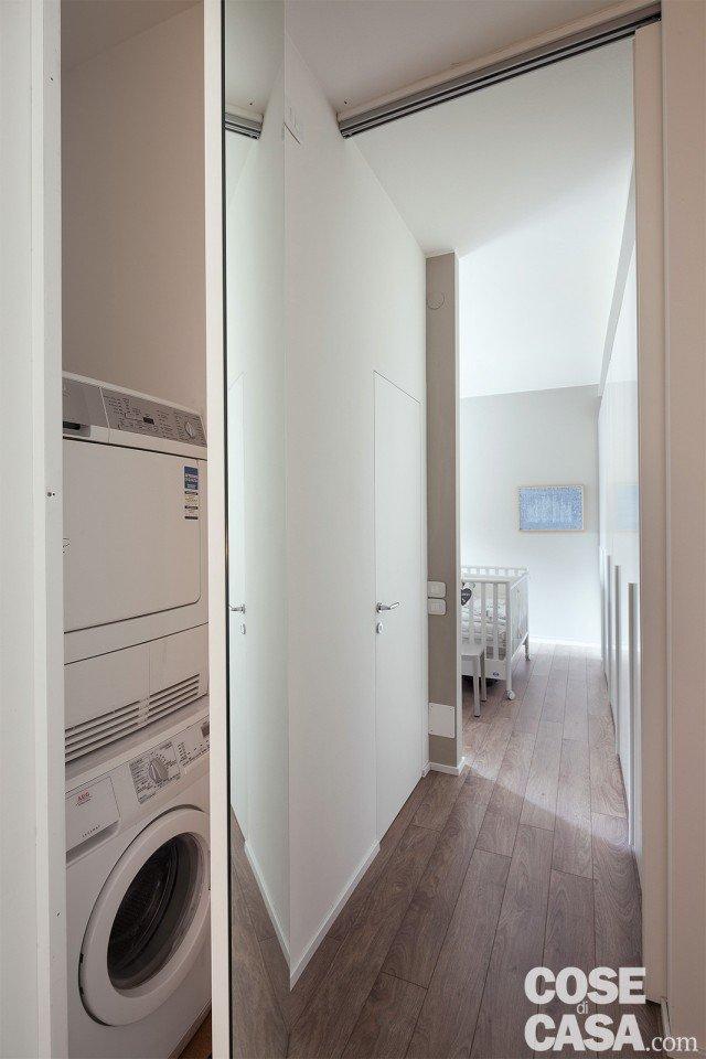 2. La lavanderia all'ingresso Un piccolo vano di 65 x 79 cm è sufficiente per una lavanderia, con gli elettrodomestici a colonna. Tale spazio si affianca, dalla parte opposta, alla nicchia del frigorifero, ed è accessibile dall'ingresso: chiuso da un'anta a tutt'altezza, che lo mimetizza grazie a uno specchio che la riveste totalmente e che ingrandisce l'entrata della casa.