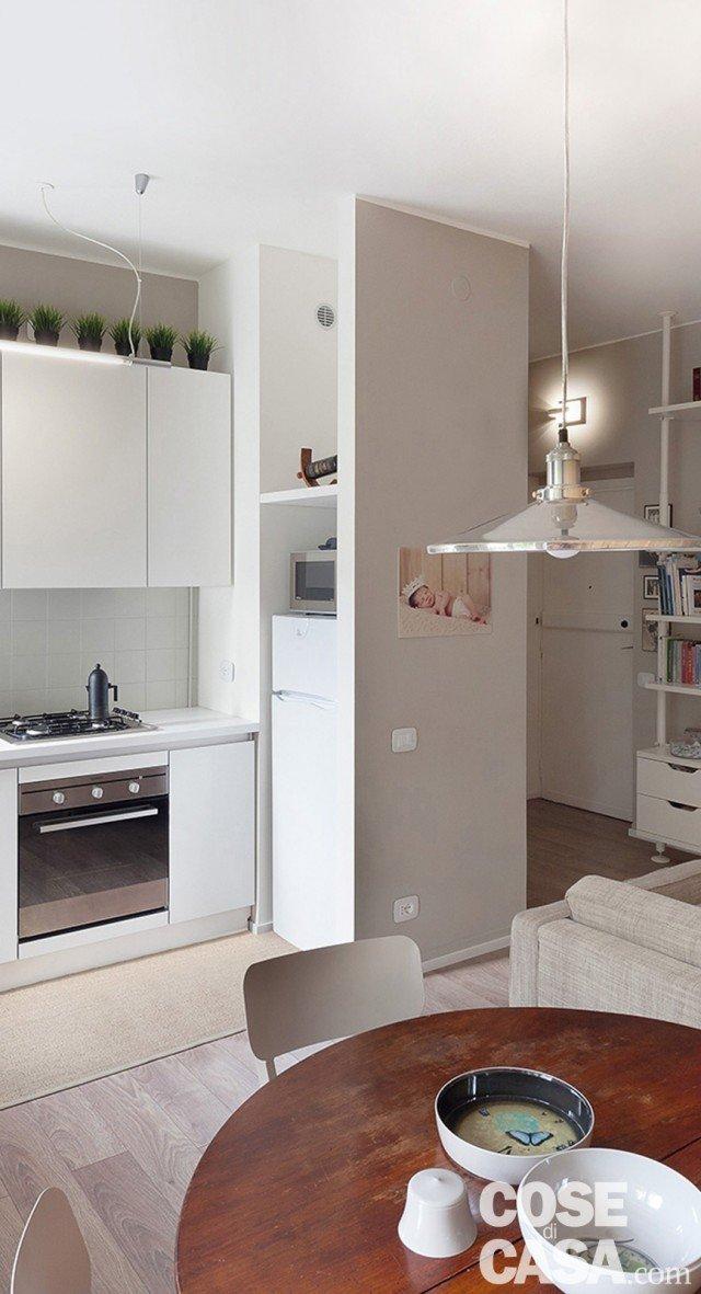 1. La nicchia per il frigorifero In parte delimitata da nuovi divisori, questa rientranza a tutt'altezza permette di schermare la zona cottura e, al contempo, di nascondere parzialmente il frigorifero freestanding.