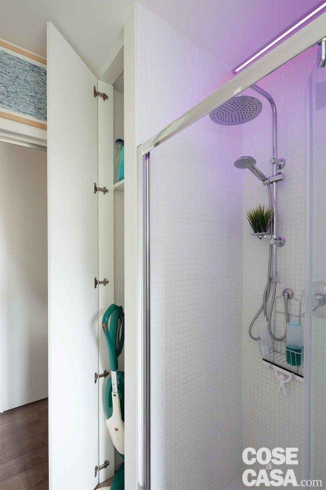 3. Il ripostiglio in bagno Nel locale di 5 mq, la sottrazione di 35 cm lungo la parete di 345 cm non fa grande differenza, ma permette di ricavare un mini ripostiglio che, attrezzato nella parte alta con mensole, serve a riporre e contenere oggetti.