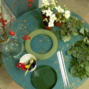 Vi servirà una spugna da fiorista rotonda, una vaschetta del diametro della spugna, materiale vegetale (Eucalipto, Abete, Acacia, piantine Elleboro); materiale tecnico (cesoie, candele lunghe, accendino).