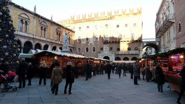 """Molti prodotti e decorazioni natalizie si scoprono al mercatino di Natale di Verona realizzato in collaborazione con il """"Nürnberger Christkindlmarkt"""" (il mercatino di Natale di Norimberga) www.nataleinpiazza"""