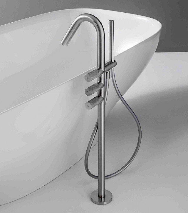 Pensato per vasche freestanding, il rubinetto da pavimento 22MM di Treemme Rubinetterie (www.rubinetterie3m.it), in acciaio inox Aisi 316L, è completo di doccetta. È alto 85,9 cm e costa 2.560 euro.