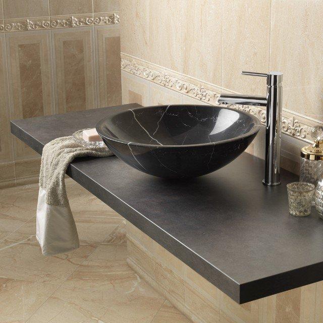 Il lavabo d'appoggio tondo di Leroy Merlin in pietra nera si adatta molto bene a un arredo bagno di stile classico. Misura ø 45 x H 15 cm. Prezzo 210,50 euro. www.leroymerlin.it