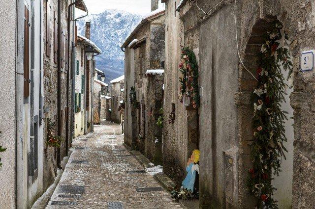 Un'atmosfera fiabesca pervade le vie di Andreis in Carnia, dove il mercatino di Natale si tiene tra il 4 dicembre e il 6 gennaio.@ Fabrice Gallina https://www.turismofvg.it/