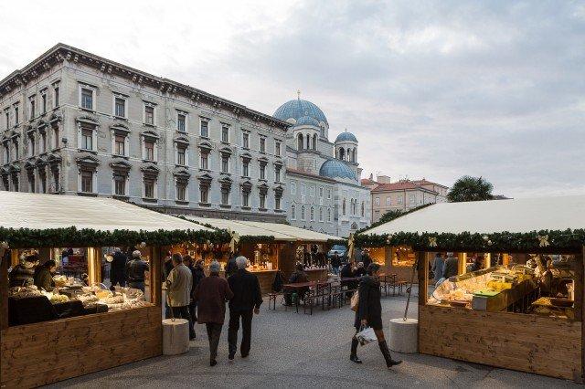 Dal 1 all'8 dicembre si svolge a Trieste il tradizionale mercatino natalizio di San Nicolò.@ Fabrice Gallina https://www.turismofvg.it/