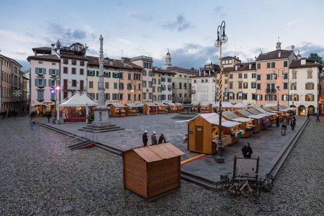 Il mercatino di Natale di Udine è allestito con le tipiche casette di legno della tradizione del Nord Europa. @ Fabrice Gallina https://www.turismofvg.it/