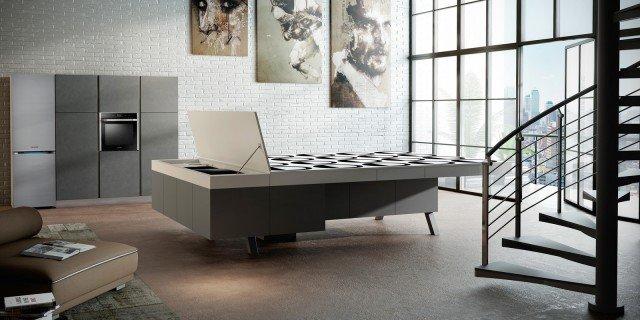"""Un elemento jolly e hi-tech Sotto il piano del tavolo si nascondono lavello, miscelatore e piano cottura. Grazie a meccanismi elettrici integrati compaiono, all'occorrenza, forno, mini frigorifero e vani a giorno, controllabili anche a distanza.●  Common Table di Arrex Le Cucine Il tavolo multifunzione è costruito interamente con materiali riciclabili al 100%: alluminio, pannelli """"eco-friendly"""" e vetro. Il prezzo è su progetto, in quanto realizzato su misura."""