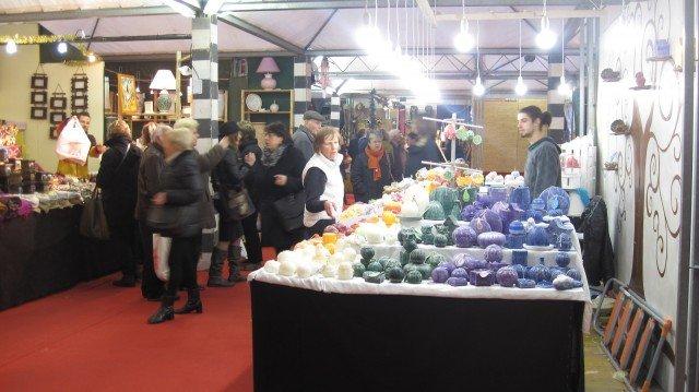 Al mercatino di San Nicola a Genova nella centralissima piazza Piccapietra sono protagonisti i prodotti dell'artigianato locale. www.turismoinliguria.it