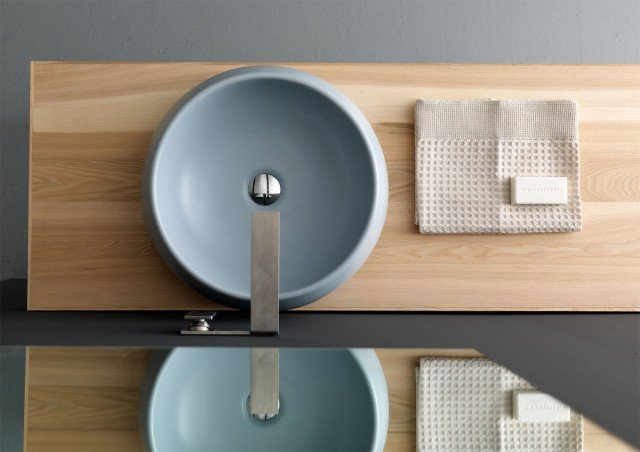 È pensato per rubinetteria da piano o parete il lavabo da appoggio Tulip small di Alice Ceramica, disponibile anche nel colore bianco. Misura ø 40 x H 17 cm. Prezzo nel colore azzurro 366 euro.www.aliceceramica.com