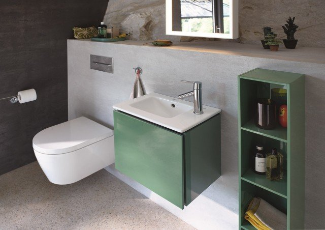 È in ceramica bianca il lavamani della serie Me by Starck di Duravit abbinato a mobile lavabo sospeso L-Cube a un'anta. Misura L 43 x P 30 cm. Prezzo del lavabo 265 euro. www.duravit.it