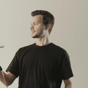 COX di Matteo Canzio: lampada da tavolo a forma di pallina, da realizzare con facilità utilizzando materiali come un tubo filettato in acciaio, una reggimensola e un diffusore per faretti componibili.