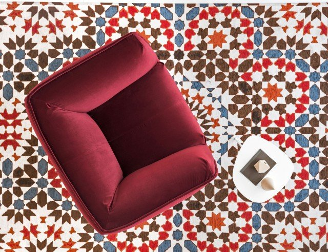 Marocco di Calligaris è il tappeto rettangolare in misto cotone, ciniglia e poliestere, realizzato con tessitura jacquard a sbalzo in filati misti ignifughi ad effetto vintage: la superficie ricorda quella di un mosaico in ceramica marocchino. Misura L 170 x P 240 cm. Prezzo 494 euro. www.calligaris.it