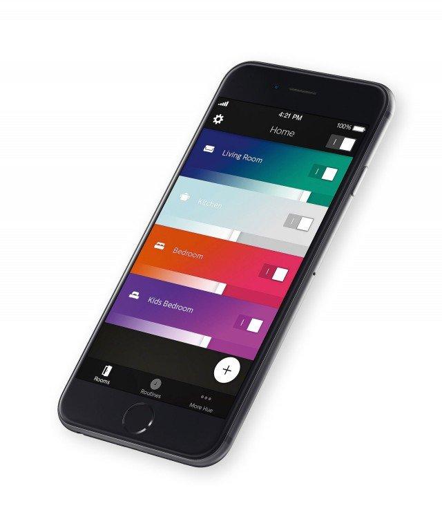 """Scenari luminosi: applicazione per smartphone Hue gen 2 di Philips.Tutta la luce di casa sotto controllo grazie a un'app multitasking: la funzione """"Stanze"""" permette di raggruppare e controllare le fonti luminose di un ambiente o un'area; l'opzione """"Attività quotidiane"""" consente invece di programmare l'illuminazione in base alle attività svolte; la tecnologia """"Scene"""" è in grado di creare scenari luminosi personalizzati scegliendo i colori più adatti."""