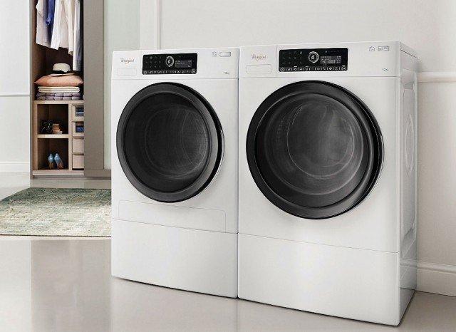 Asciugatrice Supreme Care Premium HSCX 10442 di Whirlpool Asciugatrice (e lavatrice) in sinergia.Con tecnologia a pompa di calore, riscalda efficacemente l'aria nell'elettrodomestico, riducendo significativamente il consumo energetico. Connessa con la lavatrice, quando termina il ciclo di lavaggio, imposta già il programma di asciugatura che, una volta a casa, si utilizzerà. La tecnologia 6° Senso Live Technology consente inoltre, tramite un'app che guida l'utente, di avviare e monitorare da remoto programmi e temperature.