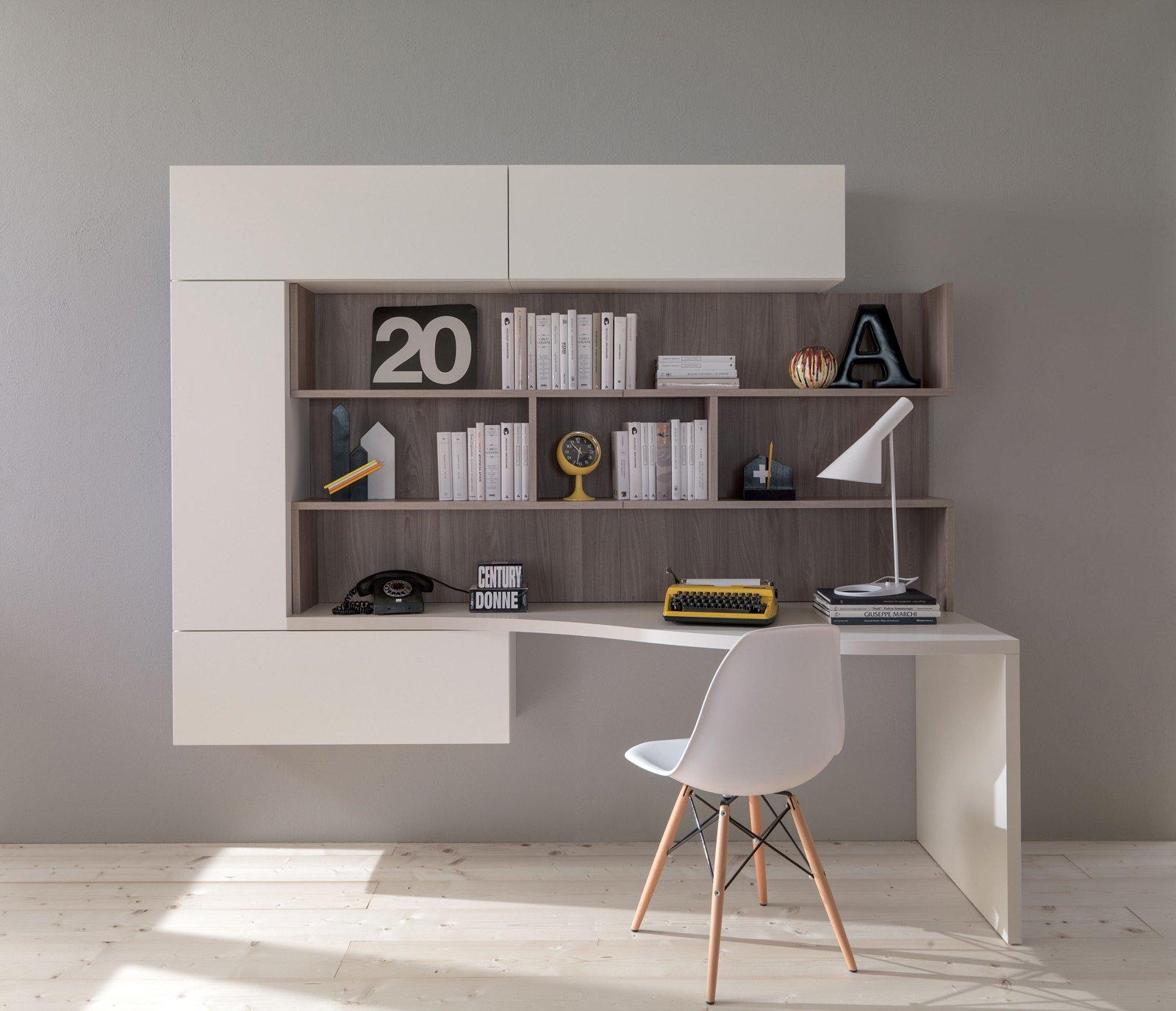 Angolo studio in soggiorno integrato nella libreria o in - Mobile con scrivania ...