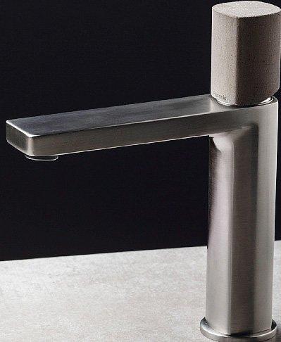Al posto della leva, il miscelatore per lavabo Haptic Concrete  di Ritmonio (www.ritmonio.it) ha manopola di comando in cemento, lavorato artigianalmente. È alto 19,1 cm e costa 235 euro.