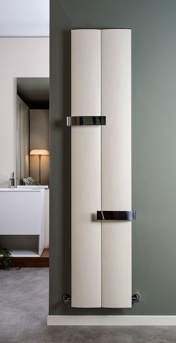 Realizzato in alluminio estruso, con finitura bianco sablé, Othello Twin Slim di Ridea (www.ridea.it) è completato da due barre portasalviette in alluminio lucidato. Misura L 46 x 189 cm, ha una resa termica di 560 Watt e costa a partire da 722 euro.