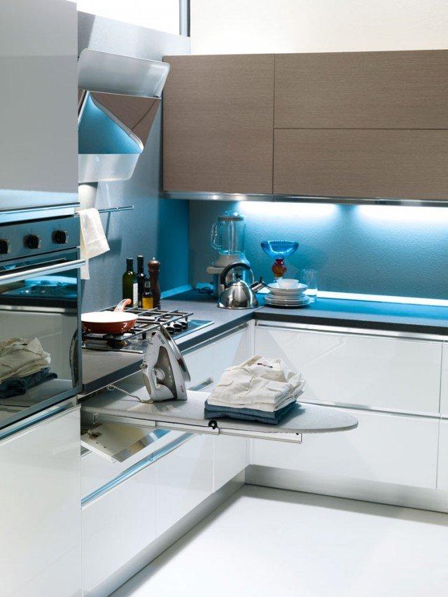 Pruaè unasse da stiro estraibile inserito in una cucina di S75. Il kit completo comprendepiano in legno e panno grigio. Èposizionabile nel cassetto di una cucina, di un bagno, di una cabina armadio, di un locale lavanderia.
