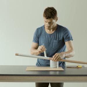 LIS di Andrea Pascucci: appenditutto minimal, funzionale ed essenziale per le pareti di casa, realizzato con tubi di rame e doghe in legno.