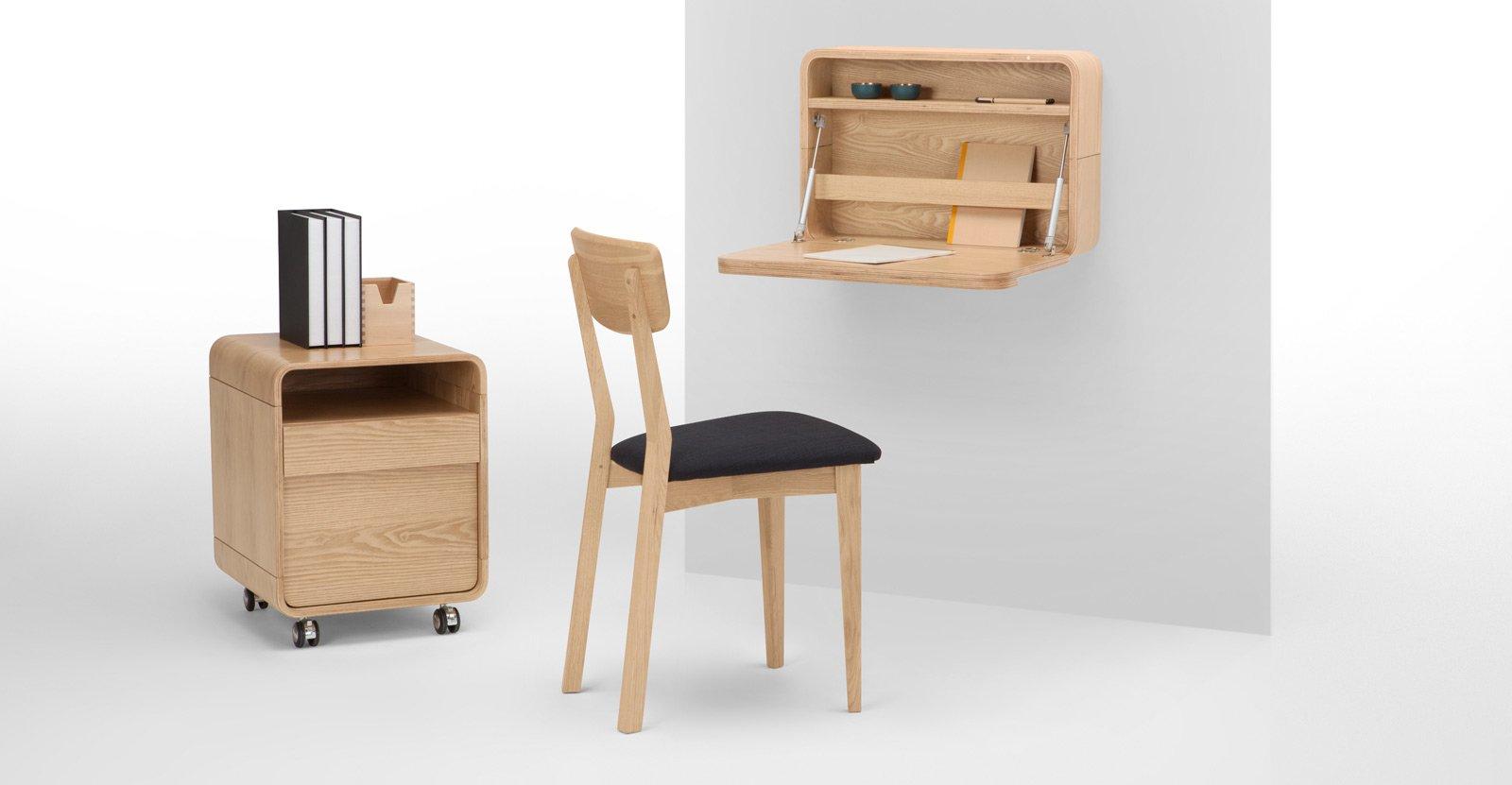 Angolo studio in soggiorno integrato nella libreria o in for Mobile da scrivania