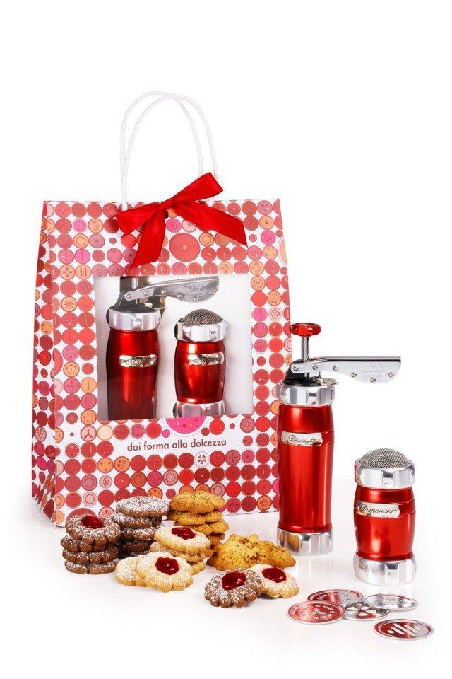 Il pack natalizio di Marcato comprende la macchina per biscotti con 20 trafile in rotazione che permette di realizzare in casa biscotti fragranti e genuini e il dispenser con il quale è possibile dosare ingredienti come cacao, zucchero e zucchero a velo. Prezzo 59,90 euro. www.marcato.it