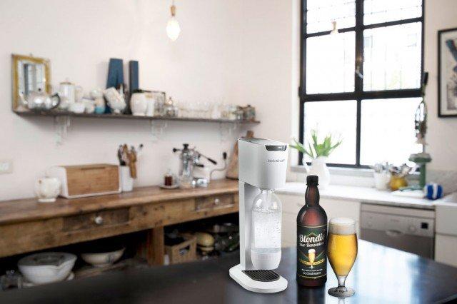 Beer Bar di SodaStream è l'innovativo sistema pensato per creare la birra a casa aggiungendo acqua frizzante direttamente alla birra concentrata, fermentata alla perfezione. Il set è costituito dal gasatore SodaStream Genesis e dalla birra concentrata Blondie, una birra doppio malto, leggera e naturale. Con una bottiglia da un litro di Blondie è possibile produrre circa tre litri di birra. Prezzo 99,90 euro, la confezione regalo Blondie con una bottiglia di birra concentrata e due bicchieri da birra, prezzo 19,99 euro, la bottiglia di Blondie prezzo 7,49 euro. www.sodastream.it