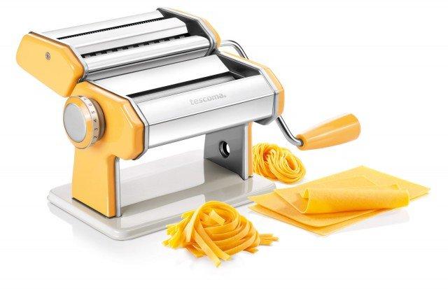 Con la macchina della Linea Delicia di Tescoma si possono preparare lasagne, fettuccine, tagliolini e tanti tipi di pasta. Provvista di un robusto morsetto per fissarla al piano di lavoro, è prodotta in acciaio inossidabile di alta qualità. Prezzo 39,90 euro. www.tescoma.it