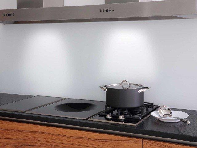 Lo schienale per cucine è realizzato con vetro laccato temperato Matelac T di AGC, disponibile in 15 colori. www.yourglass.com