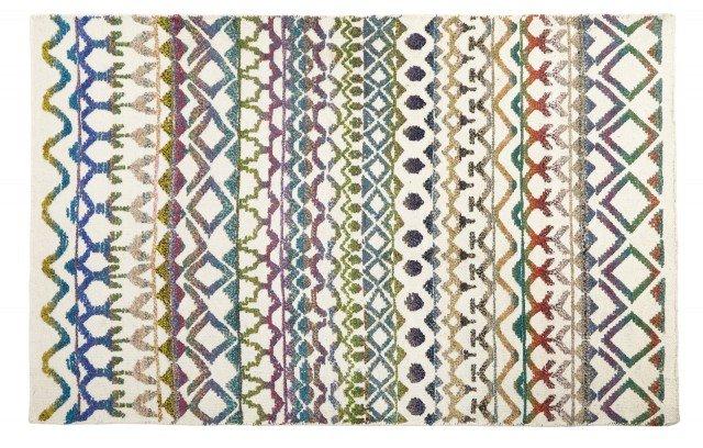 Di Coincasa è annodato a mano ed è realizzato in misto lana; è decorato da motivi geometrici nelle tonalità pastello su fondo chiaro. Ogni pezzo è unico. Misura L 120 x P 180 cm. Prezzo 259 euro. www.coincasa.it