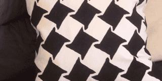 Decorare il cuscino a stencil. Con fantasia optical